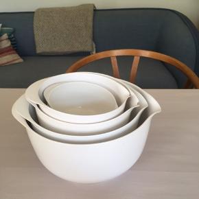 Sælger disse Magrethe-skåle og låg.  1 stk. 4 L med låg 1 stk. 3 L med låg  1 stk. 2 L med to låg  1 stk. 1,5 L med låg 2 stk. 0,5 L uden låg   Prisen er for alle skålene.  De er desværre slået lidt af tuden på flere af dem (se billedet)