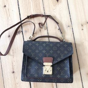 Vintage Louis Vuitton crossbody taske - ældre udgave af den nu populære pochette metis  Mål: 28x23x7. Remmen er justerbar.  Ægthedsbevis og nøgler til låsen følger med, intet andet.  Jeg overvejer at sælge min smukke vintage Louis Vuitton taske, da jeg simpelthen har alt for mange tasker, og denne har nu i en længere periode stået ubrugt i mit skab. Jeg har ikke travlt med at sælge, og opnås ønsket pris ikke, forbliver tasken i mit skab ⭐️  INGEN BYTTE!  • MINDSTEPRIS: 6800 kr. • Bud under ignoreres   Jeg foretrækker at mødes og handle på Nørrebro, hvor jeg bor eller ved Frederiksberg Centret. Og jeg handler via mobilepay.  Spørgsmål vedr. mp og om tasken er solgt ignoreres. Prisen står i annoncen, og annoncen slettes, når tasken er solgt! 😊  •••••••••••••••••••••••••••••••••••••••  • se også alle mine andre designertasker - jeg sælger løbende ud, når jeg ikke længere bruger dem.