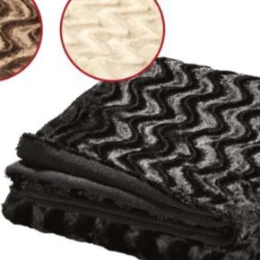 Rigtig flot god kvalitey  Plaid pels look. Dejlig blød og smygende . Smygende bagside af varmende fleece. I en genanvendellige bæretaske. Mareriale forside pelslook 100% polyester bagside fleece 100% polyester. Bred 150cm længe 200cm mærke meradiso blanket elegant faux fur. Der er 3 stk og farve er mørkebrun, sort og cremfarve. Alle 3 stk aldrig brugt købt dengang fra Lidl men har ikke plads til der jeg flytte ind. Og det er meget mere flitter end på billeder pga har dårlig foto lys. Frit valg sælges 250kr. I må godt kom forbi og kigge når i få tid eller kan sagtens sende hvis i selv betaler for porto og æske. Skriv eller ring hvis i interesseret
