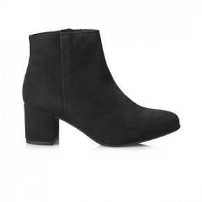 Klassisk sort støvle fra Pavement med 6 cm blokhæl. Støvlen er lavet i 100% ruskind med en fleksibel bund og lukkes med lynlås på indersiden. Kun brugt en gang og sælges fordi jeg har alt for mange støvler. Nypris 1000 kr.