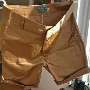 Et par flotte no name shorts i en bronze farve, er angivet til str 32. Er ca. 40 cm i livet, og 40 cm i længden og 20 fra skridtet og ned. Lavet i bomuld.