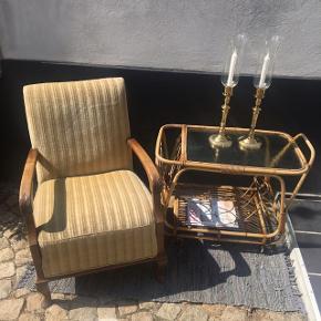 Lækker velour lænestol, 750 kroner. Bambusbarvogn, 950 kroner. 2 Jytte Demuth Lysestager, 1200 kroner. Gulvtæppe, 175 kroner.