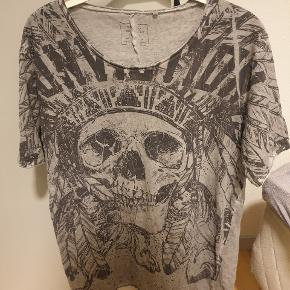 Fed tshirt med skull/ dødningehoved fra mærket SMOG  Giv et bud