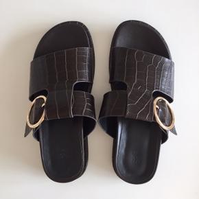 Jeg sælger disse fine sandaler i en størrelse 36, lige købt, men må desværre indse at de er for små. Kvitteringen medfølger. Købt tidligere på ugen