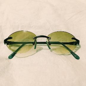 💚fede y2k solbriller med grønt glas, og lille smule 'fade' ned mod bunden, er lidt svært at se på billedet. helt nye💚