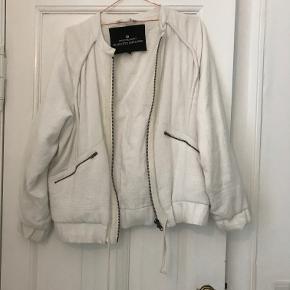 Hvid designers remix cardigan/jakke, nyprisen var ca. 3200kr, kvittering haves dog ikke da denne var en gave.