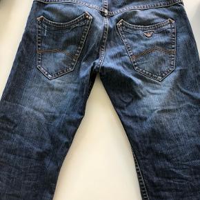 Mega fede Armani jeans, der er en masse lækre detaljer, og ingen tegn på slid. Skriv for flere billeder   Størrelse EU 33  Kig min profil for mere tøj
