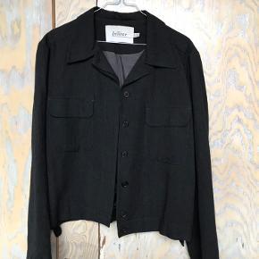 InWear jakke, som kan bruges både som overgangsjakke og blazer.  I meget pæn stand og kvalitet.  - Kan snildt bruges af en small og medium.  - To lommer på forsiden