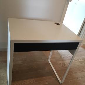 Rigtig fin skrivebord, med huller ovenpå, men som nemt kan dækkes til med medfølgende skriveunderlag.  Skuffen er sort, men originalt orange. Kom med et bud😉