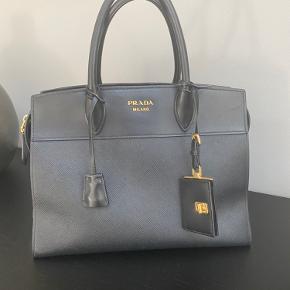 Virkelig flot og elegant Prada håndtaske. Kan lukkes med lynlås. Rigtig fin stand. Nypris 14.900,- købt i Prada Copenhagen og kvittering haves.