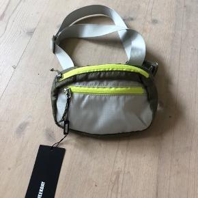 Sælger denne mega fede bæltetaske fra weekday, den er helt ny stadig med tags:) ny prisen 200