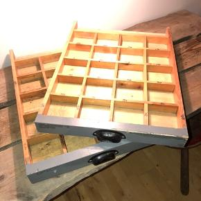 Utrolig flotte og velholdte skuffer fra Carlsberg. Har du forretning og brug for skuffer med små rum, eller mangler du opbevaring så er de perfekte. Højde 5 cm længde 55 cm bredde 41 cm. Sælges separate for 200kr pr stk. Har 2 stk