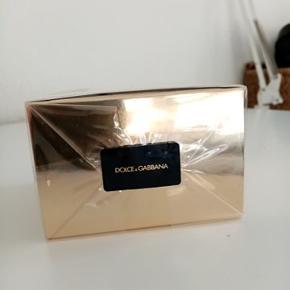Fantastisk parfume fra Dolce & Gabbana The One 50 ML. Plomberingen er aldrig brudt, derfor er du garanteret en 100% ny 50 ML EAU DE PARFUM. Som man kan se på billedet er den købt i Matas.  #30dayssellout