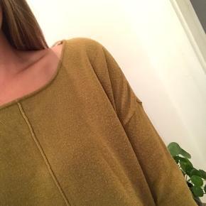 Olivenfarvet bluse fra Noisy May i størrelse small. Kan hentes i Valby eller sendes med DAO 📦