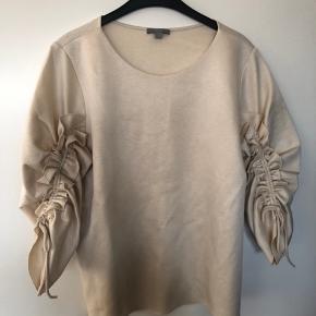 Fedt bluse fra Cos med detaljer på ærmerne  Aldrig brugt  Nypris 550,00 DKK  Se også mine andre annoncer 😊