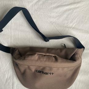 Oliven-grøn bæltetaske fra Carhartt. Har tegn på slid i inderste lomme.
