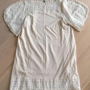 Varetype: Mini Farve: Creme Prisen angivet er inklusiv forsendelse.  Smuk kjole med underkjole og åbne ærmer 250kr incl
