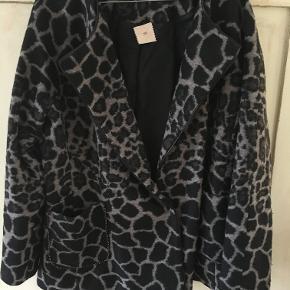 Smukkeste jakke fra Heartmade/Julie Fagerholt i str 40. Sort/brun leopard i uld/polyester. Den er brugt 3 gange. Brystmål: 2x57 cm, længde 67 cm. BYTTER IKKE. Sælges for 1500 kr inkl porto. Se også mine andre annoncer!!!