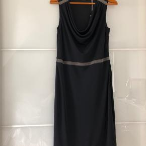 Smuk Klasisk kjole fra Esprit Lynlås i siden 💃🏻 Let kjole med lidt stræk.