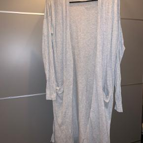 Fin lang cardigan med side-split og lommer