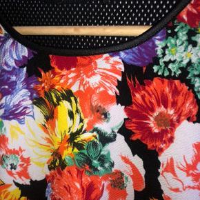 Fin crop top med blomster foran og 'mesh' bagpå.  Mærke klippet af, da den kradsede Svarer til en str M💐