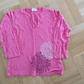 Varetype: strik Farve: Pink Oprindelig købspris: 699 kr.  Super-sød bluse i helt tynd strik - som ny.