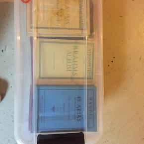 Kassevis af nodebøger og -hæfter af de kendte, klassiske komponister fra A til Z til salg. Er købt sammen med et klaver - men benyttes desværre ikke.