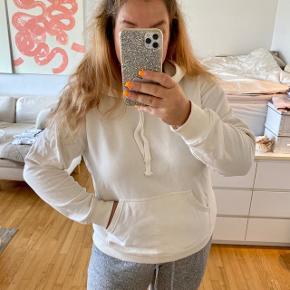 Råhvid hoodie fra H&M i str. M (Jeg er normalt en str. XL)  Har et par sorte streger, som ikke er gået af i vask. Prisen er dat derefter.  —————————  🌸 HUSK 🌸 at du kan lægge flere af mine varer i din kurv og kun betale porto én gang ✨  ————————