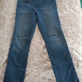 Levis Jeans 'Shaping Slim' i str. 30/32. Kun et aar gammel, og naesten ikke brugt.