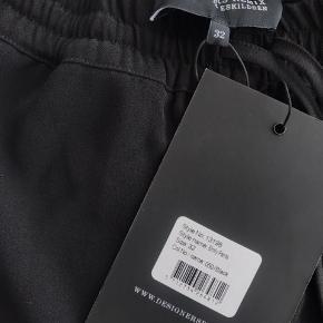 """Bukserne er aldrig brugt, derfor er de som helt nye og med prismærke. modellen hedder """"Emily pants"""" Byd gerne på dem"""