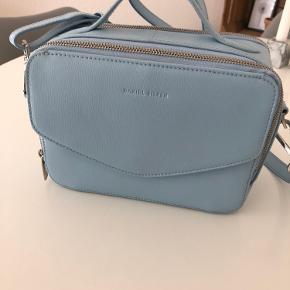 Tasken er aldrig brugt og samler bare støv hos mig. Giv den nyt liv! Målene er ca.  L: 23 cm H: 17 cm B: 10 cm