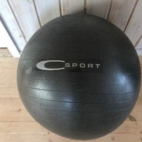 Kvalitets Gym Ball fra C sport  Træningsbold ideel til yoga, pilates, fitness træning, fysioterapi eller som en ergonomisk stol.  Gym Ball er en fitnessbold, som du nemt kan pumpe op til den ønskede stabilitet for at træne derhjemme med masser af forskellige træningspas.  En balancebold giver dig en ekstra træningsudfordring ved at tvinge din krop til at holde balance i hver øvelse.  Mærke: C sport Farve: Grå-meleret Størrelse: 75 cm  Nypris: 249 kr  Let brugt. Fremstår rigtig pænt.