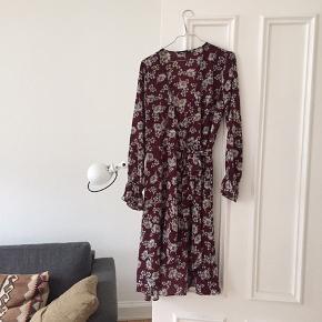 Gine tricot fin slå-om kjole.