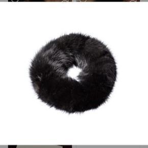 Oh By Fur Copenhagen 1 stk hårelastik i sort - 100 % mink.  Eksklusivt og aldrig brugt. Nypris: 500kr  Fast pris: 100kr