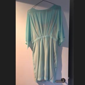 The Wardrobe kjole, går til over knæet.