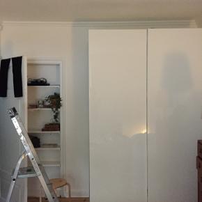 Smukt IKEA Pax skab i hvid højglans med skydedøre. Indeholder 4 skuffer i den ene side og 2 skuffer i den anden side. Hylde øverst i hver side og bøjlestang under. Str: 75x58x236