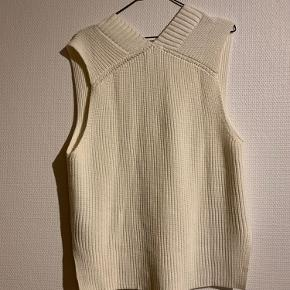H&M vest i råhvid Størrelse xs, står i størrelsen, så giver et fedt oversize look