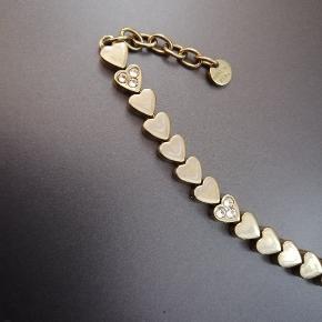 Flot armbånd med hjerter. Kun brugt én gang. Nypris omkring 500 kr.