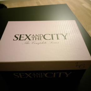 Sex and the City dvd-boks. Indeholder alle 6 sæsoner af tv-serien Sex and the City. Boksen er lavet som en skotøjsæske og er i fin stand.