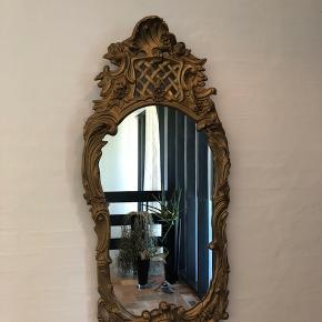 Virkelig charmerende spejl med masser af sjæl, det er lidt slidt, men virkelig fint.   118 cm lang og 54 cm bredt.  Sælges gerne til en god pris pga. Standen