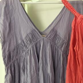 Superfin rabens kjole og top. Kjolen er ubrugt, flot lyslilla/blå farve og lækker. Stroptop i dobbelt lag stof med rynkede stropper , brugt et par gange.   Sælges helst samlet til gengæld billigt
