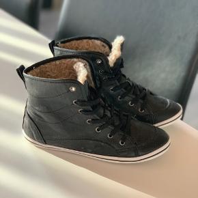 Shixo sko med indvendigt for. Kan ikke se størrelsen i skoene, men mener de er str. 36. Aldrig brugt.