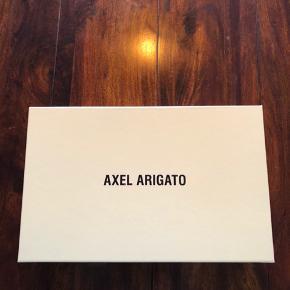 Axel arigato - demo runners Har boks og dustbag Str: 42 Deadstock - ikke engang prøvet på  Har en masse andre ting til salg, så tag et kig, det gratis;)