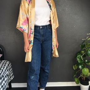 Fed kimono købt i Vietnam. Det skulle eftersigende være ægte silke, men det er dog svært at sige om det er rigtigt.