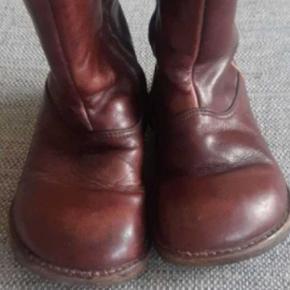 Super lækre varme vinterstøvler fra Angulus Fejler intet.   Kig endelig forbi mine andre annoncer.  Kan hentes på Amager eller sendes mod betaling