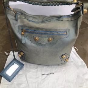 Rigtig pæn Balenciaga taske i modellen Paris Rose Golf Classic Hobo. Der medfølger kun dustbag. Bytter ikke.
