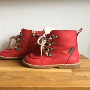 Str. 22. Røde ANGULUS TEX vinterstøvler med snøre og lynlås. Brugt én enkel gang, er for små.Blød rågummibund i naturlig rågummi farve. Vandtætte ANGULUS TEX sørger for tørre fødder.