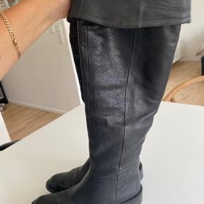 Helt enkle over knee, sort i det blødeste kvalitets læder , fremstår meget flotte lidt store i størrelsen er 37 men passer en 38, kun brugt kort , meget støvle for pengene, nypris 3850