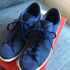 Varetype: Sneakers Farve: Blå Oprindelig købspris: 899 kr.  Lækker ruskind sneakers fra Nike. Den er en str 40 men svarer til en str 39, da den måler 25 cm indvendigt. Brugt et par gange, men fremstår uden videre brugsspor. Ingen slid ved hælen ( zoom ind på billedet ) Sender gerne flere billeder.  Handler kun med mobilepay og sender med Dao
