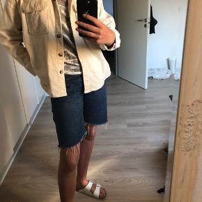 Skjortejakke fra Monki i str. M. Den er blevet brugt, men er i rigtig god stand, der mangler en knap, men der er en ekstra med der hvor vaskesedlen sidder inde i jakken, så den kan nemt syes på. Jeg har både brugt den som sommerjakke, og som skjorte i de lidt koldere tider😀 BYD